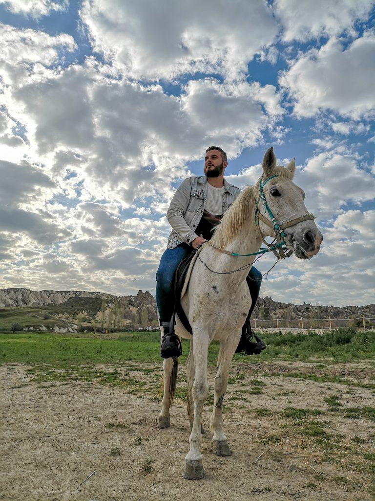 Passeggiata-a-cavallo-in-cappadocia-nuvole