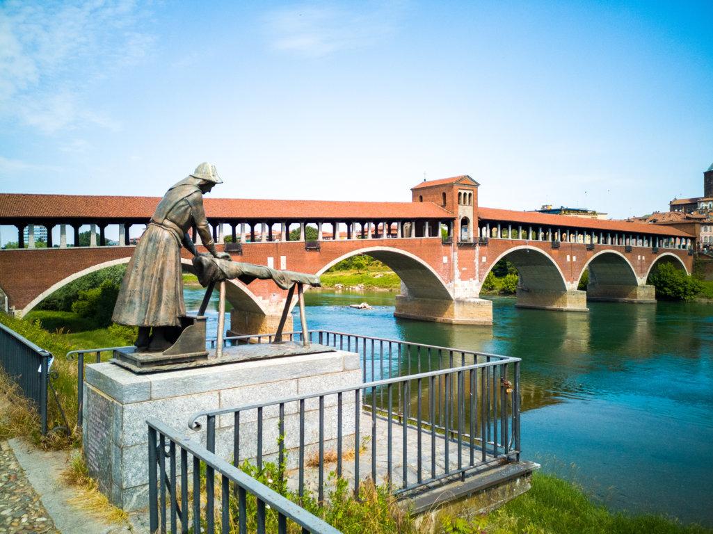 Ponte-Coperto-e-Statua-delle-Lavandaie-Pavia